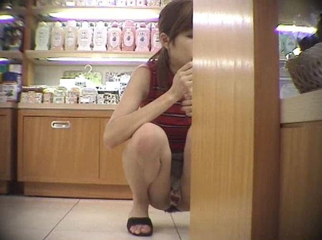 【素人エロ画像】冬でも関係なくミニスカ穿いてパンチラ全開のエロギャル! 05