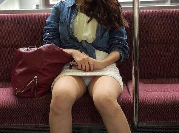 【素人エロ画像】冬でも関係なくミニスカ穿いてパンチラ全開のエロギャル! 10