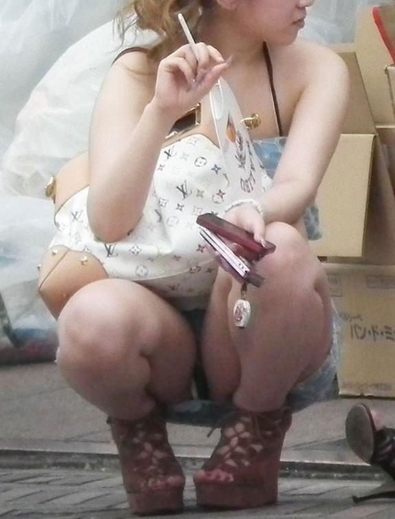【素人エロ画像】冬でも関係なくミニスカ穿いてパンチラ全開のエロギャル! 11