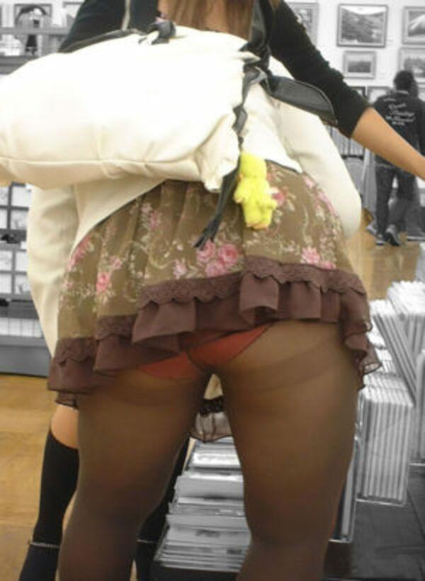 【素人エロ画像】冬でも関係なくミニスカ穿いてパンチラ全開のエロギャル! 16