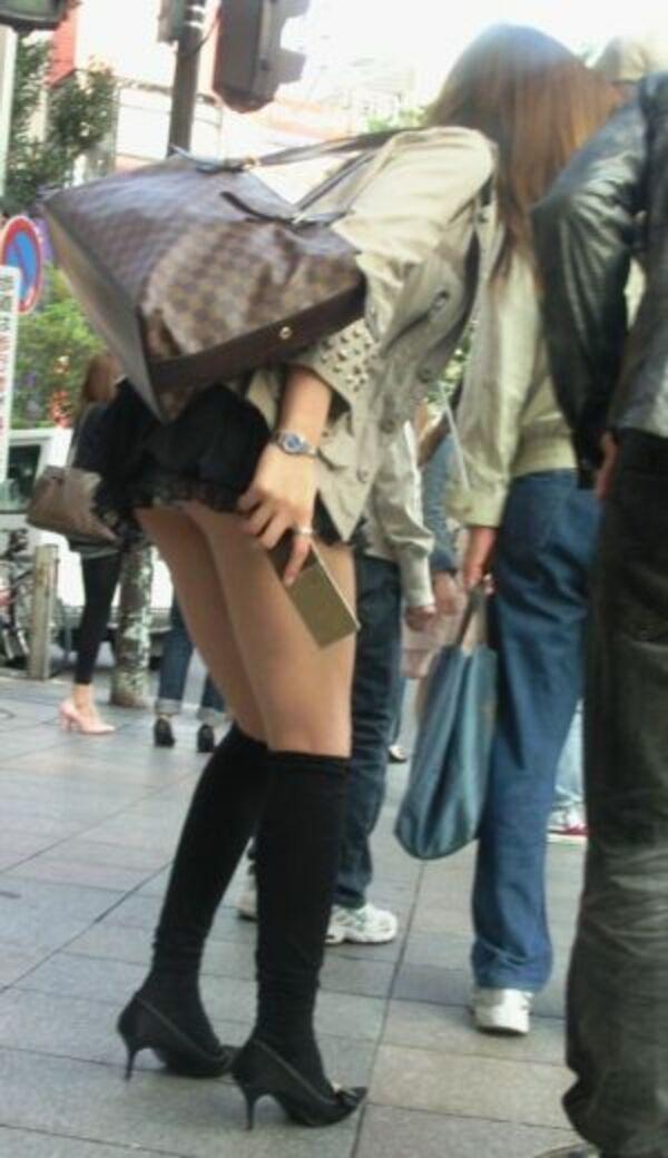 【素人エロ画像】冬でも関係なくミニスカ穿いてパンチラ全開のエロギャル! 25