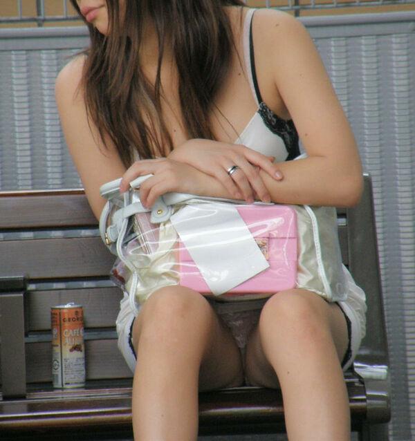 【素人エロ画像】冬でも関係なくミニスカ穿いてパンチラ全開のエロギャル! 26