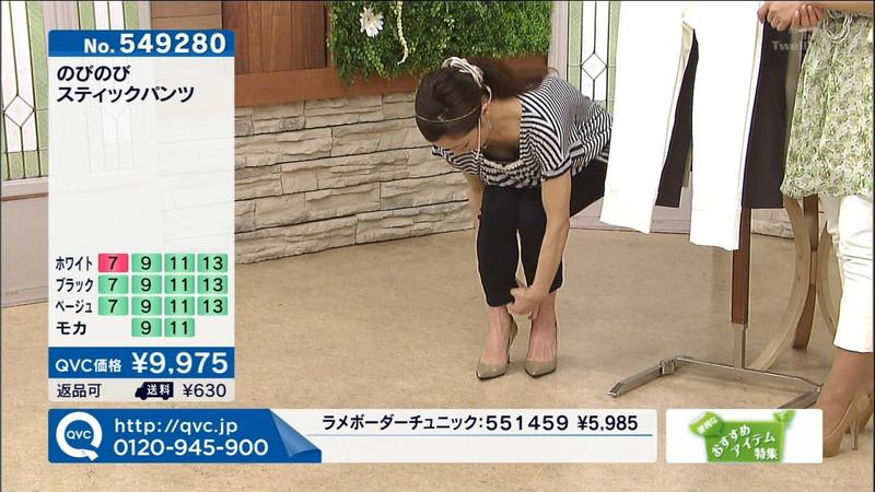 【キャプエロ画像】通販専門チャンネルでまさかの胸チラ発見!? 09