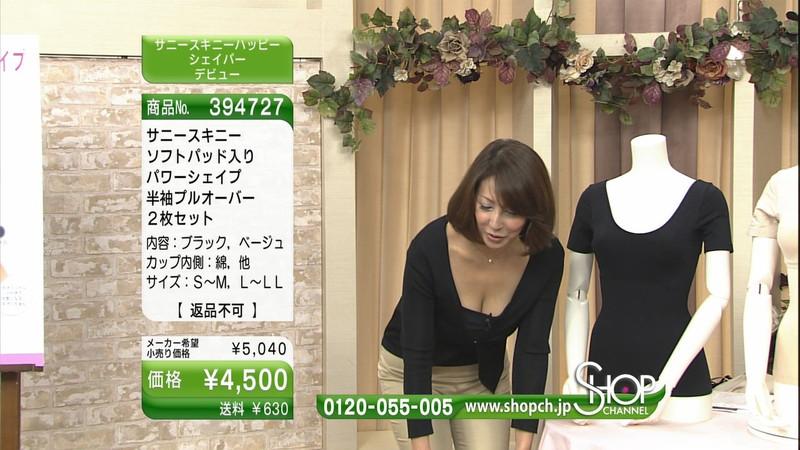 【キャプエロ画像】通販専門チャンネルでまさかの胸チラ発見!? 16