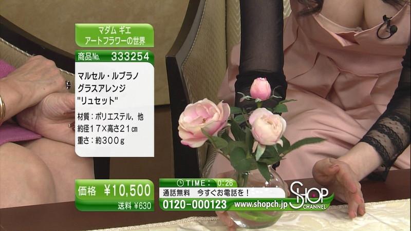 【キャプエロ画像】通販専門チャンネルでまさかの胸チラ発見!? 22
