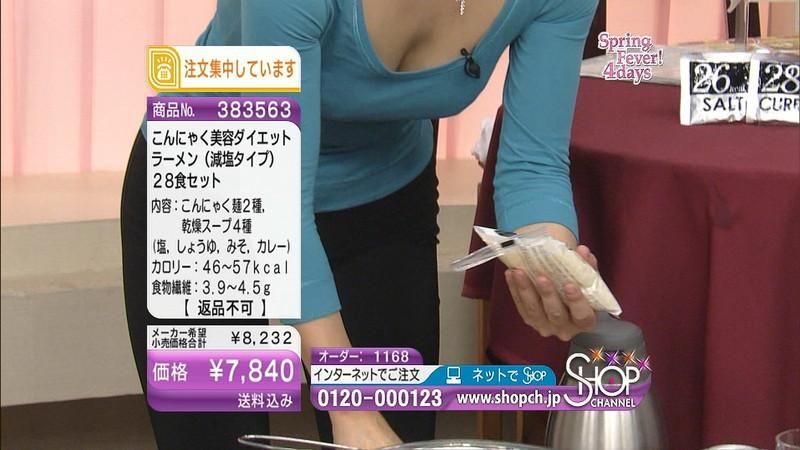 【キャプエロ画像】通販専門チャンネルでまさかの胸チラ発見!? 35