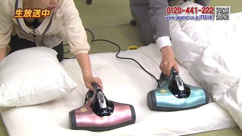 【キャプエロ画像】通販専門チャンネルでまさかの胸チラ発見!? 40