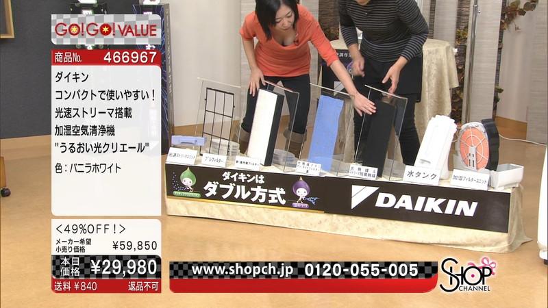 【キャプエロ画像】通販専門チャンネルでまさかの胸チラ発見!? 66