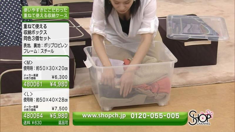 【キャプエロ画像】通販専門チャンネルでまさかの胸チラ発見!? 68