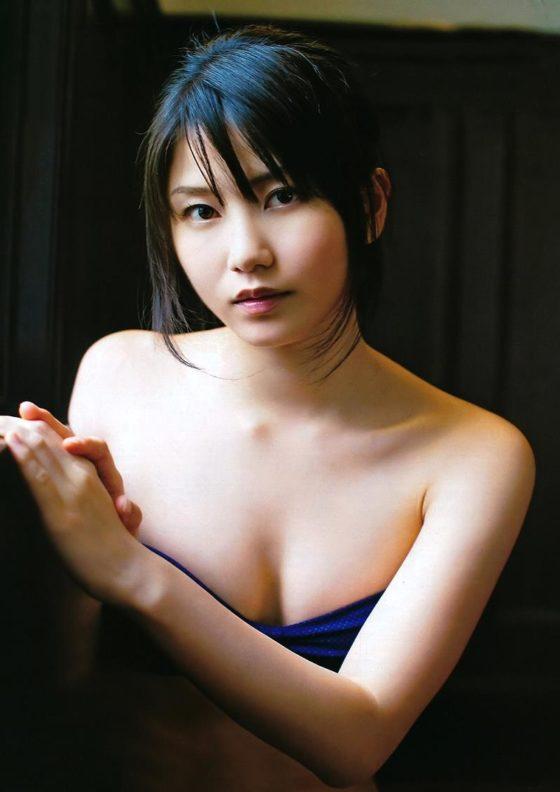 【横山由依お宝画像】屈んでおっぱいが見えそうになってるエロシーンなど! 25
