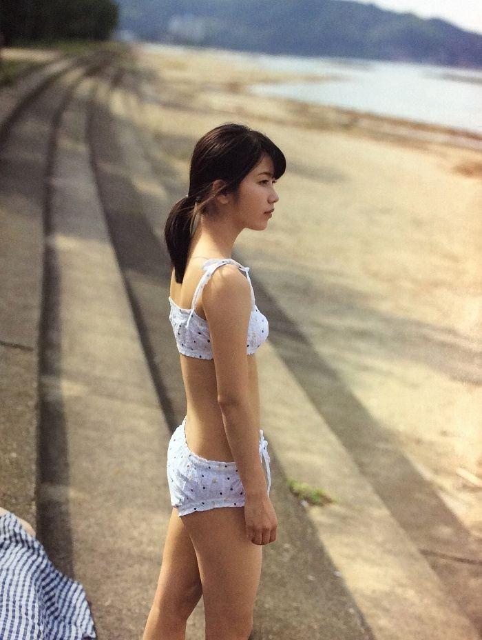 【横山由依お宝画像】屈んでおっぱいが見えそうになってるエロシーンなど! 35