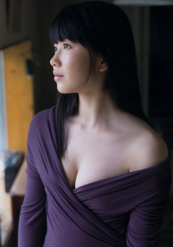 【横山由依お宝画像】屈んでおっぱいが見えそうになってるエロシーンなど! 37