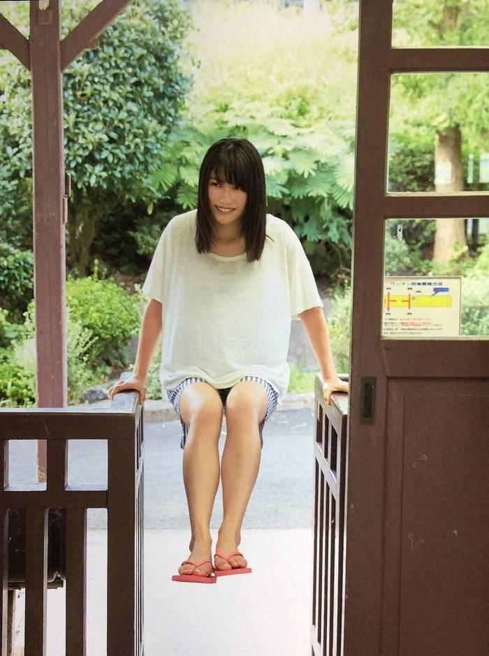 【横山由依お宝画像】屈んでおっぱいが見えそうになってるエロシーンなど! 59