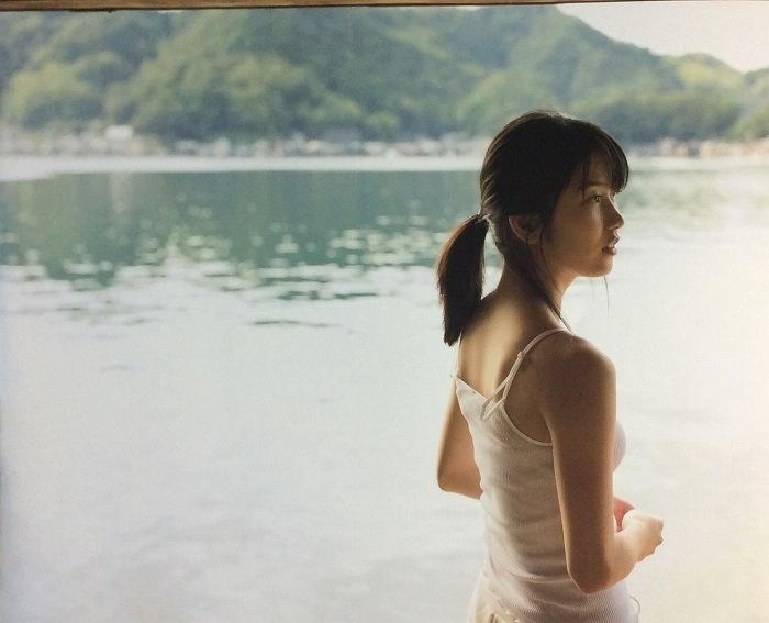 【横山由依お宝画像】屈んでおっぱいが見えそうになってるエロシーンなど! 64
