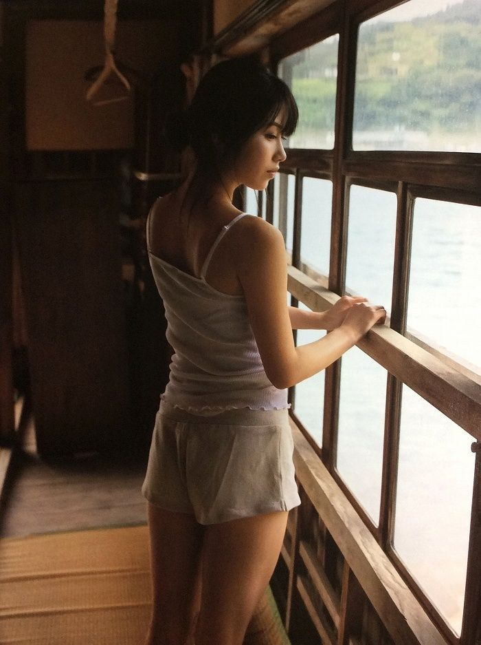 【横山由依お宝画像】屈んでおっぱいが見えそうになってるエロシーンなど! 67