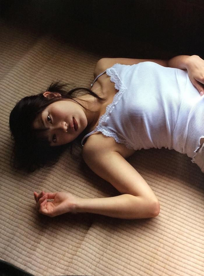 【横山由依お宝画像】屈んでおっぱいが見えそうになってるエロシーンなど! 70