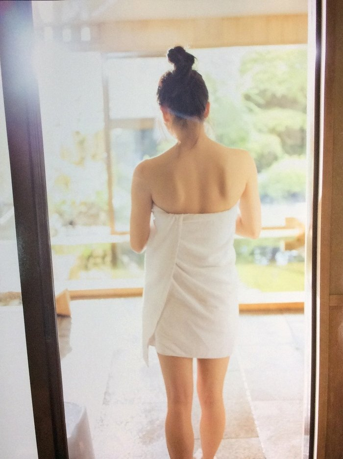 【横山由依お宝画像】屈んでおっぱいが見えそうになってるエロシーンなど! 73