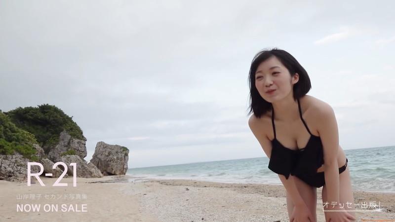 【山岸理子エロ画像】アイドル的な可愛さの中にセクシーさを垣間見る 09