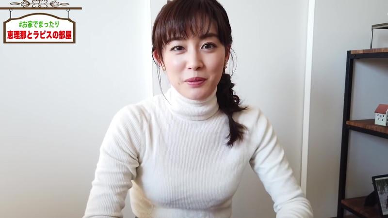 【新井恵理那キャプ画像】人気アラサー女子アナのニット越しおっぱい!