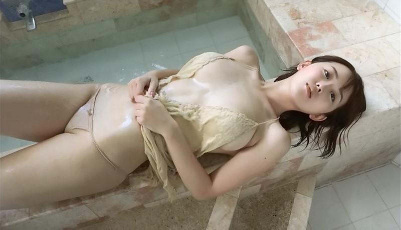 【忍野さらキャプ画像】マイクロビキニやスーパーハイレグがエロ過ぎる美女! 54