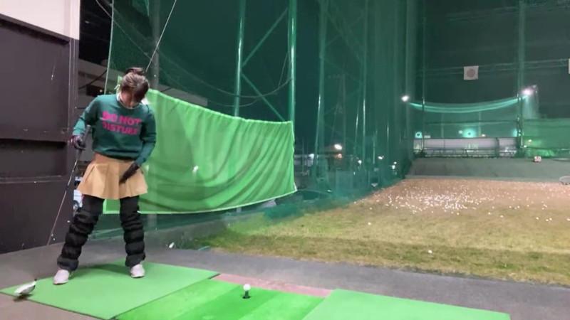 【女子アナキャプ画像】ゴルフでスカートひらひらさせてパンチラ寸前!? 42