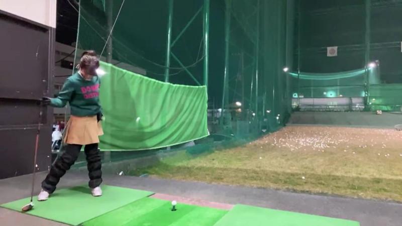 【女子アナキャプ画像】ゴルフでスカートひらひらさせてパンチラ寸前!? 43