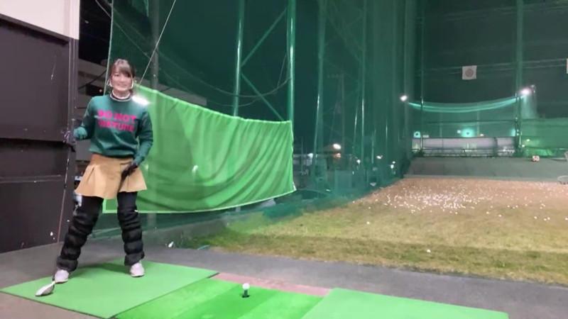 【女子アナキャプ画像】ゴルフでスカートひらひらさせてパンチラ寸前!? 44