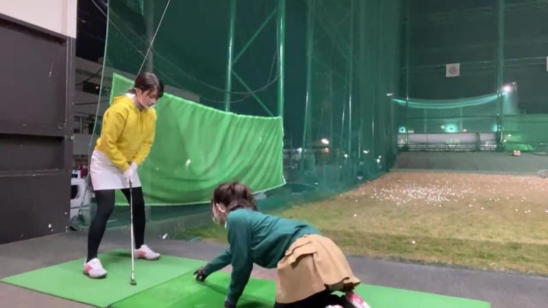 【女子アナキャプ画像】ゴルフでスカートひらひらさせてパンチラ寸前!? 52