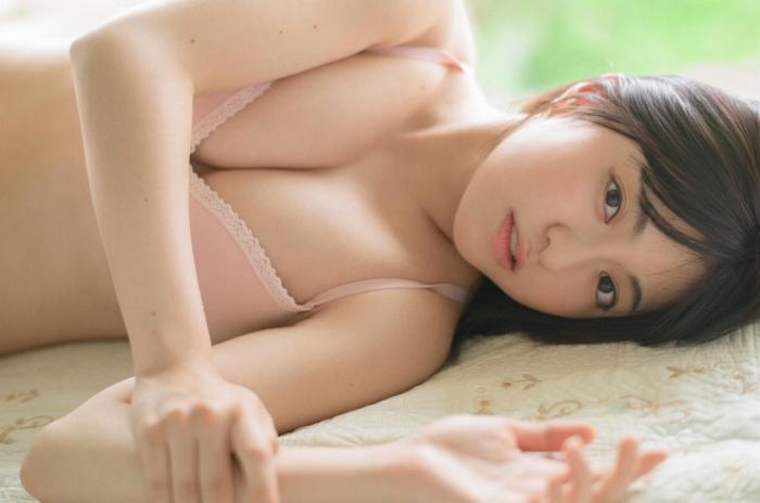 【佐藤七海お宝画像】谷間全開!初水着グラビアやアイドル時代の出演シーン