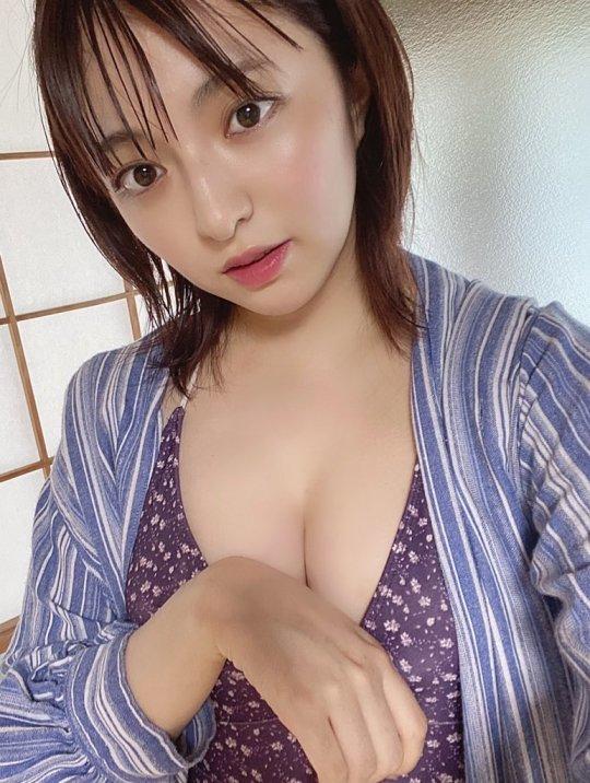 【佐藤七海お宝画像】谷間全開!初水着グラビアやアイドル時代の出演シーン 24