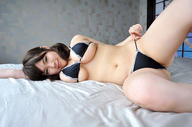 【髙橋央エロ画像】100cmを誇る超デカ爆乳に挟まれてみたいグラドル!