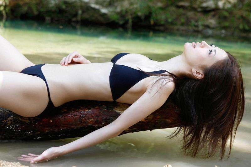 【逢沢しずかグラビア画像】Eカップくびれボディを水着でたっぷり魅せつける! 34