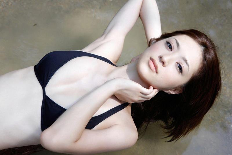 【逢沢しずかグラビア画像】Eカップくびれボディを水着でたっぷり魅せつける! 35