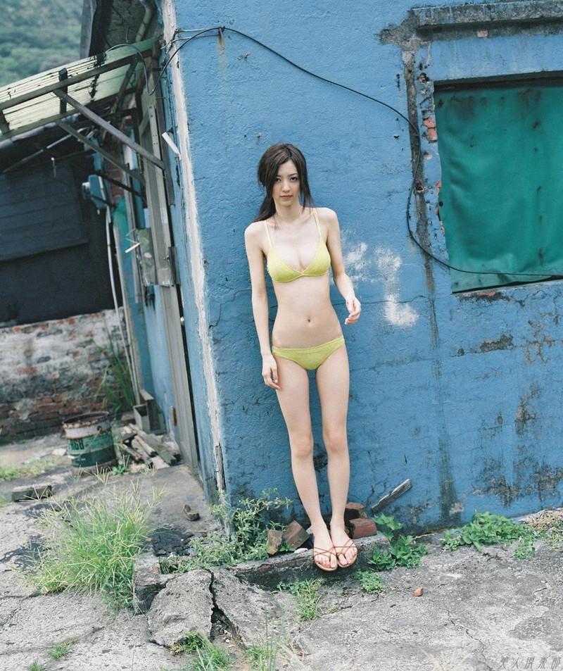 【逢沢しずかグラビア画像】Eカップくびれボディを水着でたっぷり魅せつける! 99