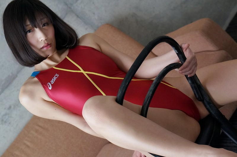 【柚木しおりグラビア画像】股間を接写で大胆に見せてくれたハイレグ美女 11