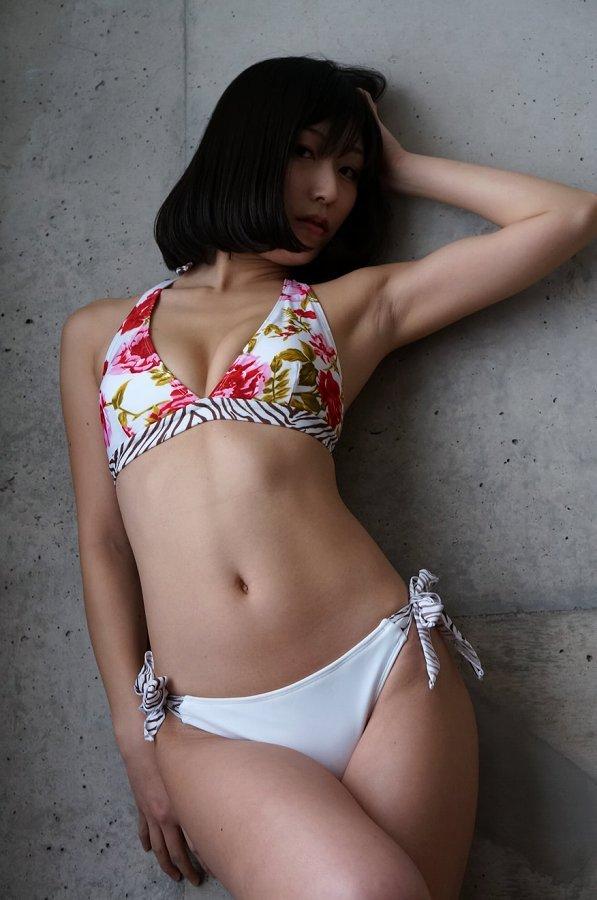 【柚木しおりグラビア画像】股間を接写で大胆に見せてくれたハイレグ美女 56