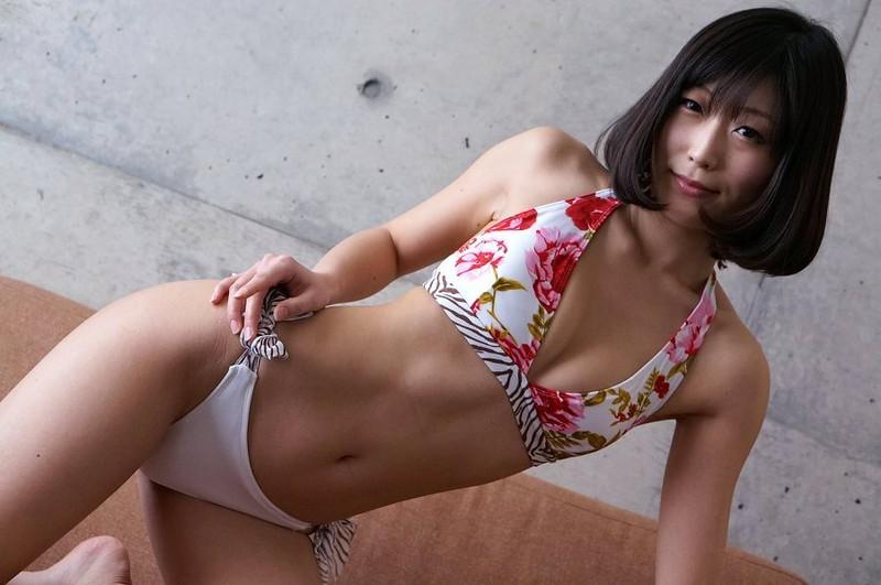 【柚木しおりグラビア画像】股間を接写で大胆に見せてくれたハイレグ美女 69