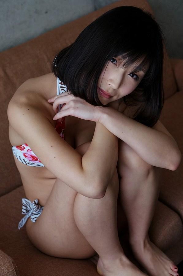 【柚木しおりグラビア画像】股間を接写で大胆に見せてくれたハイレグ美女 74