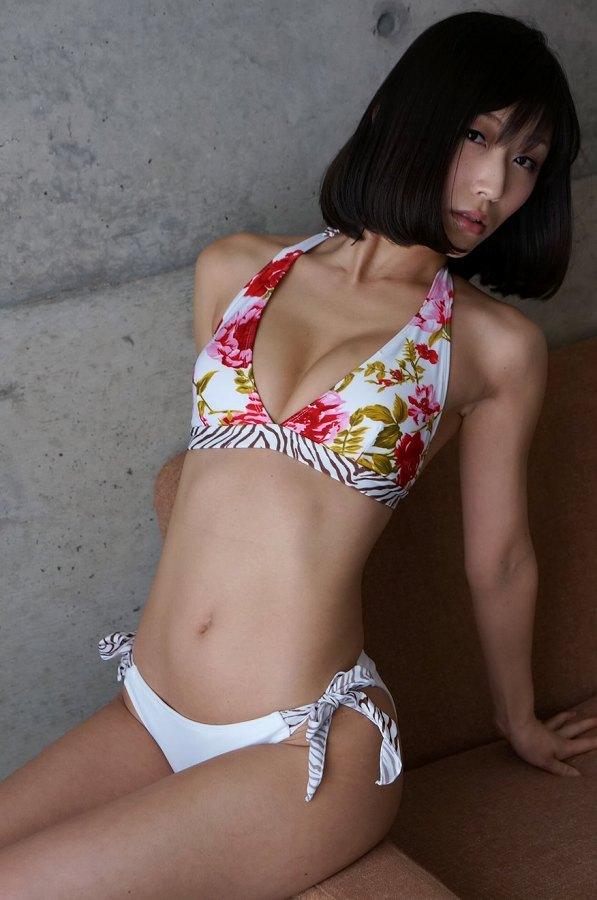 【柚木しおりグラビア画像】股間を接写で大胆に見せてくれたハイレグ美女 86