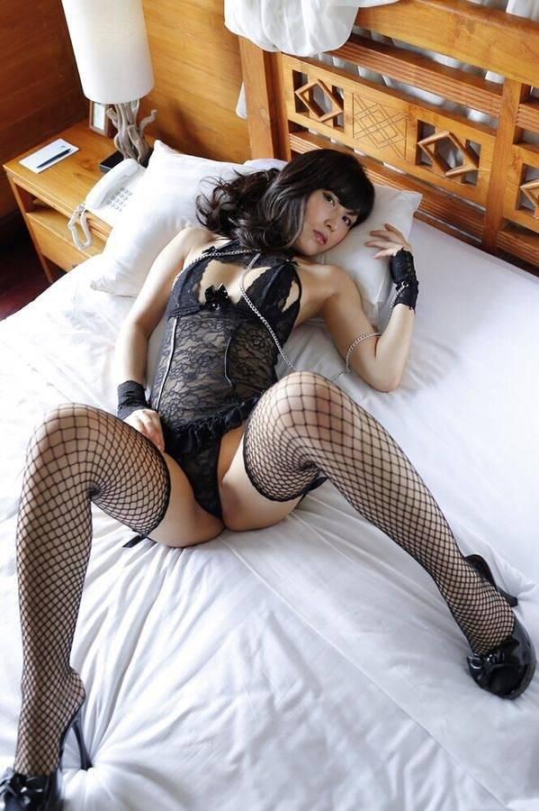 【柚木しおりグラビア画像】股間を接写で大胆に見せてくれたハイレグ美女 97