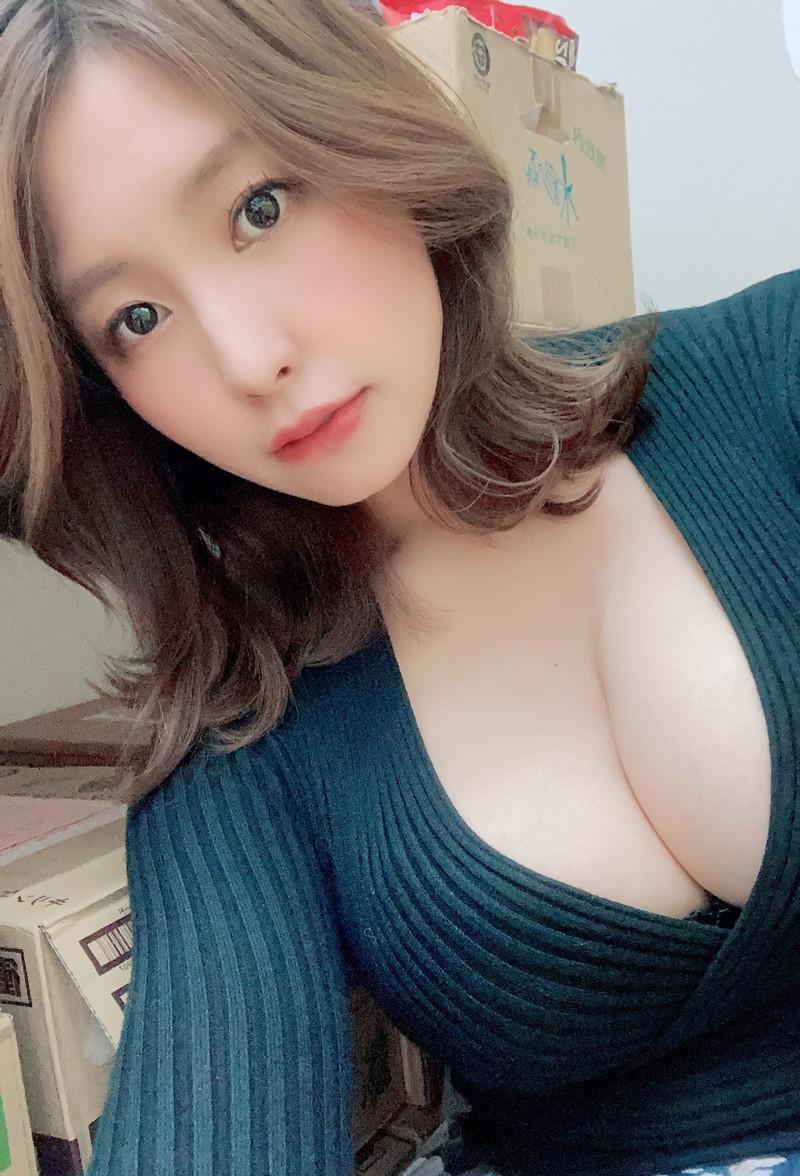 【夏来唯キャプ画像】2020年の巨乳アイドル賞を獲った爆乳巨尻お姉さん 75