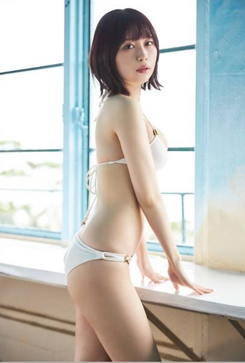 【宮内凛グラビア画像】色白肌が綺麗なスレンダー美少女の水着姿がエロい 15