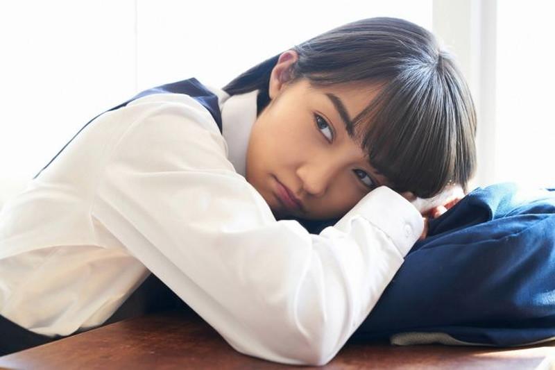 【黒木ひかりグラビア画像】キリッと太眉が意外と可愛いハタチの美少女JK