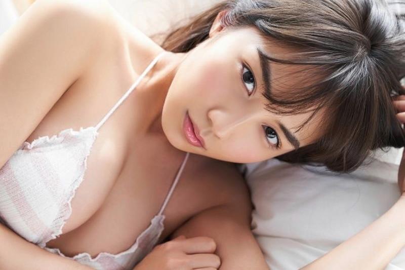 【黒木ひかりグラビア画像】キリッと太眉が意外と可愛いハタチの美少女JK 23