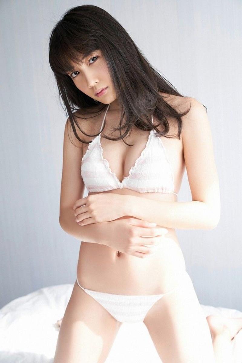 【黒木ひかりグラビア画像】キリッと太眉が意外と可愛いハタチの美少女JK 25