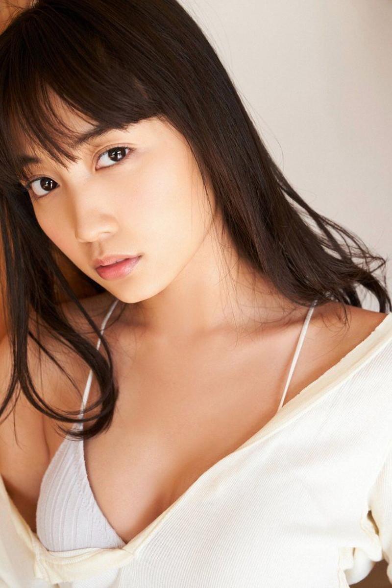 【黒木ひかりグラビア画像】キリッと太眉が意外と可愛いハタチの美少女JK 34