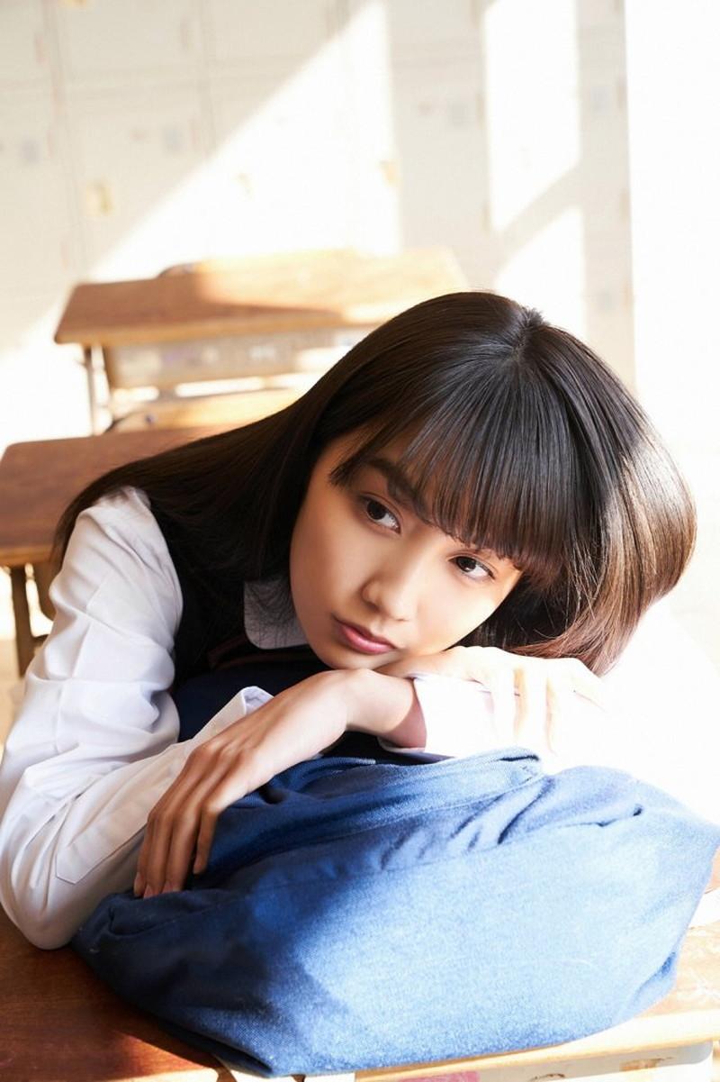 【黒木ひかりグラビア画像】キリッと太眉が意外と可愛いハタチの美少女JK 60