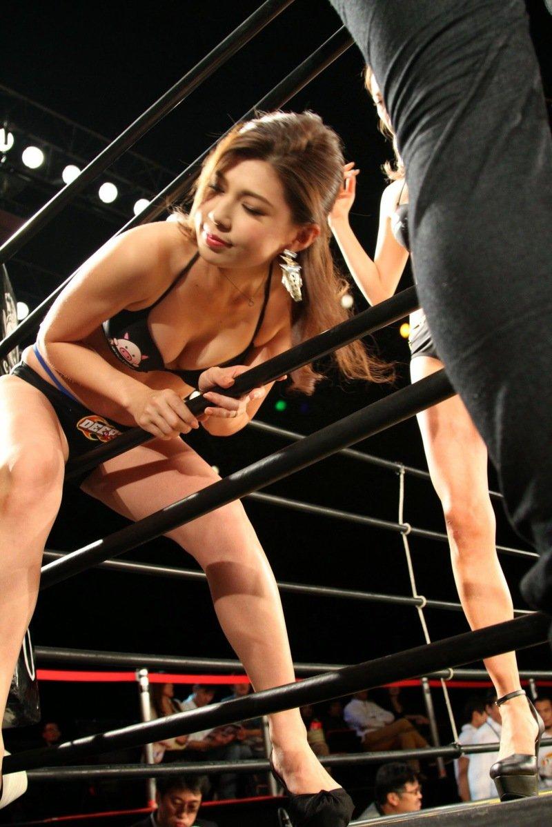 【ラウンドガールエロ画像】格闘技のリングを華やか彩る美女たち 29