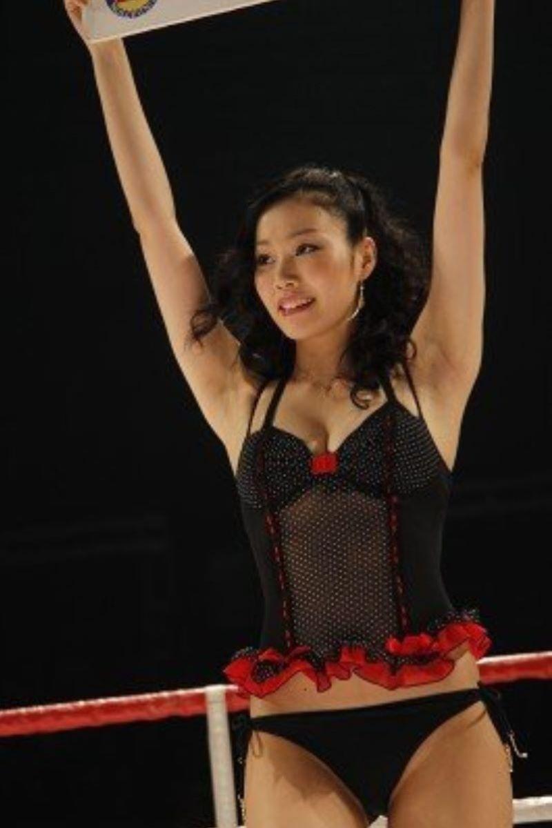 【ラウンドガールエロ画像】格闘技のリングを華やか彩る美女たち 57