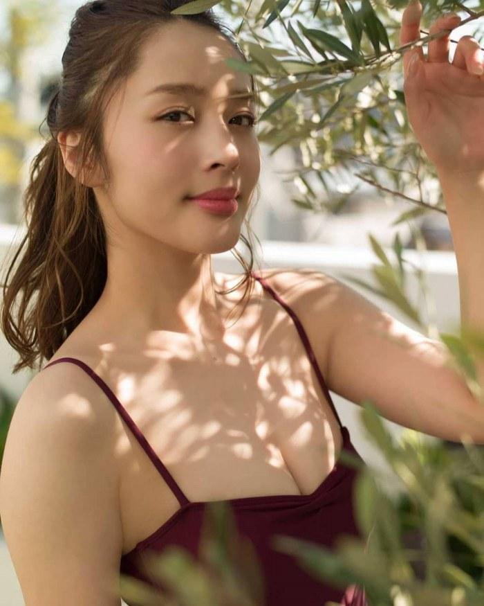 【神部美咲グラビア画像】手ぶらヌードまで披露した美人タレントのエロ写真 24